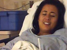 Pacjentka szpitala próbuje się napić się po wybudzeniu z narkozy