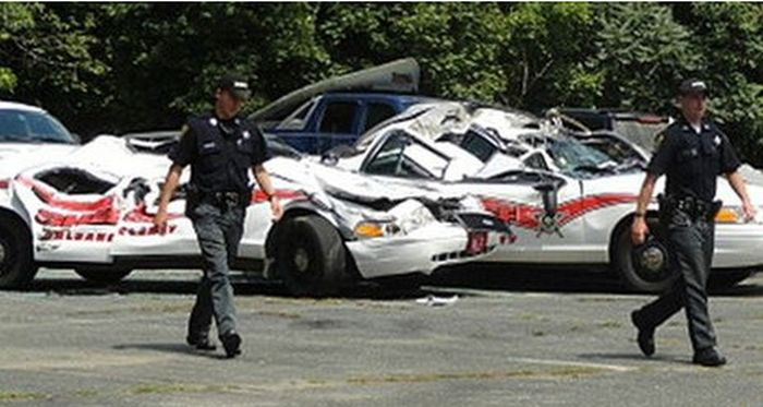 tractor_vs_7_police_cars_03