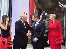 Donald Trump podał jej rękę, ale ona najpierw pożegnała się z Melanie