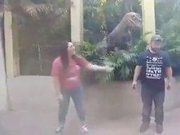 Kiedy chcesz pozować z dinozaurem do zdjęcia