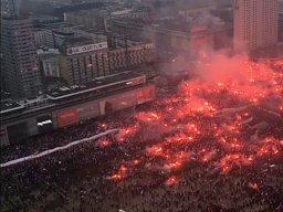 Moment rozpoczęcia hymnu w Warszawie