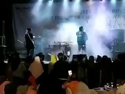 Fala tsunami uderza w scenę podczas koncertu