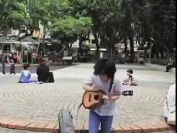 Młody wymiata na ukulele