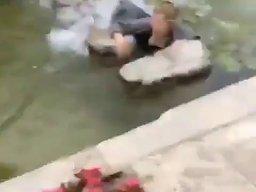 Kobieta przebiega po kamieniach na wodzie