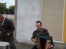 """Sasza i Kola grają """"kałasznikowa"""""""