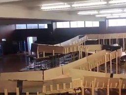 Amatorski rollercoaster zbudowany na sali gimnastycznej