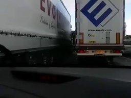 Kierowcy zablokowali korytarz życia na A4. Straż publikuje nagranie