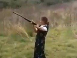 Dziewoja uczy się strzelać