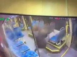Kolejna zapatrzona w telefon motornicza tramwaju doprowadza do wypadku