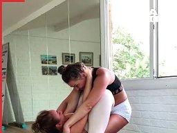 Wygimnastykowane dziewoje pokazują swoje umiejętności