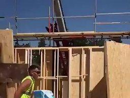 Połączenie akrobatyki i magii - na budowie